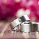 ダイヤに次ぐ硬さを誇るタングステンの指輪は、ゴールドやプラチナとはひと味違った独特の光沢感があり、特に若い方から注目されているジュエリーです。今回は、2019年最新情報をもとに、女性へのプレゼントに相応しいタングステンを使ったスタイリッシュでおしゃれな指輪をご紹介していきます。