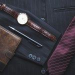 「ダンヒル」は、サッカー日本代表の公式スーツとして採用されていることでも有名な、イギリスを代表するブランドです。気品あるアイテムは、身につけるとまさに英国紳士のような印象を与えてくれます。中でもメンズの長財布や二つ折り財布は、20代から40代まで幅広い年代の男性へのプレゼントに注目を浴びています。今回はそんなダンヒルのメンズ財布が人気の理由やプレゼントする際の選び方、予算とともに、財布の魅力についてまとめました。是非、参考にしてください。