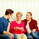 15 món quà sinh nhật cho phụ nữ 50 tuổi đẹp và tinh tế (năm 2020)