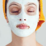 Menjaga kulit wajah tetap kenyal dan sehat adalah hal wajib yang harus diperhatikan. Apalagi jika seharian penuh beraktivitas di luar ruangan. Kotoran dan debu pasti melekat pada wajah dan membuat kusam. Yuk, kembalikan wajah berserimu dengan menggunakan masker tepung beras yang bisa dibuat sendiri di rumah. Simak resep masker tepung beras dari BP-Guide, ya!