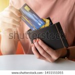 ルイヴィトンのレディース財布は、個性的なデザインで人気を集めています。今回はそのなかでもコンパクトなサイズ感が魅力の二つ折り・三つ折り財布に限定して、おすすめのシリーズをランキング形式でまとめました。選び方のコツについても解説しているので、ぜひ最後までチェックして、お気に入りのアイテムを見つけてください。