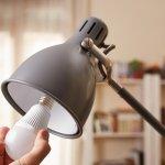 Lampu LED sudah banyak digunakan dalam rumah tangga karena beberapa kelebihannya. Jenisnya juga bermacam-macam dan bisa disesuaikan dengan keperluan pencahayaan di rumah. Cari tahu kelebihan lampu LED agar Anda semakin yakin untuk memilihnya.
