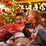 両親に贈る2019年最新版人気のクリスマスプレゼントをランキング形式でご紹介します。両親に贈る平均的なクリスマスプレゼントの相場や選び方、人気高いプレゼント、クリスマスカードのメッセージ文例を徹底解説します。両親に喜んでもらえるクリスマスプレゼントを渡せるよう、是非参考にしてください。