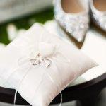 リングピローは、一生に一度の大切な瞬間を彩る商品で、大切な方へのプレゼントとして人気を集めています。今回は、プレゼントに人気のブランドリングピローを人気の理由や気になる予算、選び方とあわせて【2019年最新版】ランキング形式でご紹介します。結婚式などのイベントが終わった後も飾って使うことができるリングピローを贈りましょう。