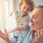 今回は、還暦を迎えるお父さんに喜ばれるおすすめの誕生日プレゼント25選のご紹介です。これを贈れば間違いない定番のアイテムから、お父さんへ感謝の気持ちが伝わるアイテムまで、60歳の誕生日にぴったりなプレゼントを3つのテーマでお届けします。喜ばれるポイントや、選び方も合わせて紹介しますので、ぜひプレゼントを選ぶ参考にしてくださいね。