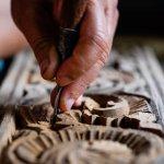 Indonesia memiliki banyak sekali kesenian, dari mulai musik, budaya, makanan, hingga motif-motof khas setiap daerah. Contohnya batik memiliki motif yang berbeda dari kota satu ke kota lain. Motif-motif tersebut juga memiliki makna sendiri dan tidak jauh dari budaya kota tersebut. Tidak heran jika motif kerap kali memengaruhi pembelian. Di sini ada motif dari Toraja yang unik dan ada di beberapa barang-barang fashion, kerajinan, atau handmade lainnya.