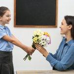 8/3 không chỉ là dịp để chúng ta thể hiện sự yêu thương, trân trọng đến mẹ, vợ hay bạn gái, mà các cô giáo cũng là người rất quan trọng trong cuộc sống của bạn. Một món quà tinh tế là cách tốt nhất để bạn thể hiện sự biết ơn đến các cô giáo luôn dày công dạy dỗ và chăm sóc bạn trong dịp lễ này. Dưới đây là gợi ý 10 món quà 8/3 tặng cô giáo ý nghĩa và thiết thực nhất (năm 2021), cùng tham khảo ngay để chuẩn bị được món quà phù hợp cho cô giáo mình nhé!