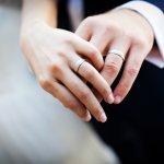 Menikah dan Cincin nikah sudah seperti laut dan ikan, tidak bisa dipisahkan. Cincin nikah menjadi simbol bahwa menikah adalah hal yang suci dan sakral serta momen yang sangat berharga. Jadi, jangan lewatkan momentum yang kemungkinan hanya terjadi seumur hidup sekali ini dengan cincin yang kurang berkesan.