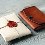 ダコタのメンズ財布は天然レザーなど自然由来の素材が使われており、上質な素材ならではの美しい見た目や手触りが楽しめることで人気です。この記事では、ダコタの二つ折り財布や三つ折り財布の選び方をご説明します。また、たくさんの男性に選ばれている人気シリーズをランキング形式でご紹介するので、ぜひ最後までチェックしてください。