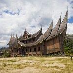 Sumatera Barat ternyata punya banyak tempat wisata yang menarik untuk dikunjungi. Semuanya menyajikan keindahan alam yang sangat kental dengan nuansa Sumatera Barat yang punya ciri khas tersendiri.
