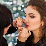Makeup Natal yang spesial bisa menunjukkan fokus pada bagian-bagian tertentu. Berikut ini ada beberapa penjelasan mengenai fokus makeup sesuai dengan bagian wajahnya. Selain itu, dalam hal merias wajah saat Natal, Anda memerlukan beberapa tips. Tips ini akan sangat membantu Anda tampil cocok dengan nuansa Natal yang didukung.