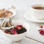 紅茶はもともと日本のお茶ではありませんが、今では結婚祝いをはじめとする、お祝いやお返しアイテムの定番となっています。ではなぜ喜ばれているのか?予算や失敗しない選び方のポイントまで、まるっと説明していきます!また、結婚祝いにおすすめの紅茶プレゼントを、【2019年度版】ランキング形式でご紹介しますので、是非素敵なプレゼントに出逢ってくださいね。