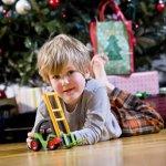 クリスマスが近付くと、子供達もどことなくソワソワし始めます。この日のために頑張って良い子でいた男の子に、素敵なおもちゃのクリスマスプレゼントを贈りましょう。今回の記事のために編集部では、クリスマスプレゼントにおすすめの男の子向けおもちゃについて調査を実施。webアンケートなどの結果をもとにまとめた、人気のアイテムのランキングをご紹介します。
