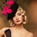 Mengenakan fascinator (hiasan kepala) berupa topi sudah jadi peraturan yang harus diikuti oleh perempuan atau wanita keluarga bangsawan atau kerajaan di Inggris. Yuk intip peraturan berbusana keluarga kerajaan dan model topi miring cantik yang biasa mereka kenakan!