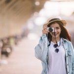 Traveling dan berfoto adalah dua hal yang tidak bisa dipisahkan. Kamu tentu ingin berpose di tempat-tempat indah yang sedang dikunjungi. Jangan lupa pakai aksesori yang membuat penampilan bertambah keren. Sejumlah aksesori  ala traveler ini bisa menjadi inspirasi kamu saat berlibur.