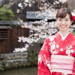 Kimono, busana khas masyarakat Jepang, memiliki bentuk yang unik dan cantik. Di balik keindahannya, kimono memiliki makna dan aturan tersendiri untuk memakainya. Ayo cari tahu jenis-jenis kimono dan waktu yang tepat untuk mengenakannya.