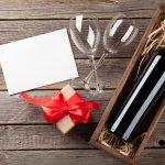 結婚記念日や誕生日などには、食卓を華やかに演出するセンスの良いワインギフトがおすすめです。今回は【2021年 最新版】として、こだわりのワインにペアグラスのついたセットや、名入れワインボトルなど思い出に残るワインギフトをご紹介します。ぜひ、とっておきのギフト選びの参考にしてください。