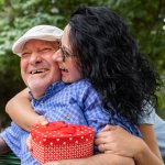 Gợi ý 10 món quà sinh nhật thiết thực cho bố 60 tuổi (năm 2020)