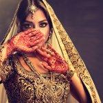 किसी भी महिला को सुंदर आभूषण पसंद होते हैं, लेकिन भारतीय महिला के श्रृंगार में इनका एक विशेष स्थान है। सिर से लेकर पैरो तक, सब अंग के लिए गहने बनाये जाते हैं और महिलाएं बड़ी चाह से इन्हे रोज पहनती हैं, और जब कोई ख़ास अक्सर है तोह गहने उतने ही ज्यादा बढ़ जाते हैं। अलग-अलग तरह के कपड़ों के लिए भी अलग ज्वेलरी होती है, जैसे लहंगे को ही ले लीजिये - बड़े लटकन और झुमके, गले और सिर के गहने, आदि। हमारे पास आपके लिए कुछ बेहतरीन ज्वैलरी सुझाव हैं, जो आपकी ड्रेस से मेल खाने वाली चीज़ को चुनना आसान बनाते हैं। देखने के लिए आगे पढ़िए।