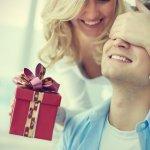 अपने पति को छोटे उपहार देना आपके के लिए उनके द्वारा की जाने वाली हर चीज के लिए आपकी प्रशंसा दिखाने का एक शानदार तरीका है। उपहार देते समय कभी यह मायने नहीं रखता कि आपने कितना बड़ा उपहार दिया बल्कि यह मायने रखता है, कि आपने इसे दिल से दिया और आपके द्वारा महसूस किए गए प्यार, देखभाल और प्रशंसा का प्रतीक है।इस लेख में नीचे दि गयी सूची से कोई भी उपहार खरीदें और अपने रिश्ते को अच्छे से अच्छे प्यार में बदलें ।