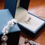 Siapa sih yang nggak terlihat elegan saat menggunakan perhiasan emas? Hm, pasti wanita mana pun ingin tampil cantik dengan menggunakan perhiasan. Emas putih kesan yang lebih elegan dan cantik tentunya. Nah, BP-Guide punya lho perhiasan dengan emas putih yang wajib kamu miliki. Nggak sabar? Yuk, langsung baca!