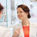 ダイヤネックレスは、女性のデコルテを美しく彩るアイテムとして、幅広い年齢層の女性から愛されています。今回は「2019年最新情報」として、上品で華やかなダイヤネックレスをご紹介します。シンプルな一粒ダイヤや、可愛いハートモチーフなどデザインも豊富なので、ぜひギフト選びに役立ててください。