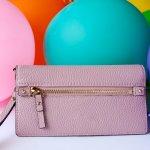 洗練された雰囲気で人気があるニューヨークのブランド「ケイトスペード」の財布はプレゼントに人気があります。今回は、人気の長財布を中心に、リボン付きなどのかわいいアイテムも集めました。プレゼントする相手の女性の好みがはっきりわからない場合は、ダークカラーとパステルカラーの組み合わせをおすすめします。参考にしてください。