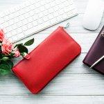 長財布は一度新しくすると長く使ってもらえ、機能面もとても充実しているため母の日のギフトとして最適です。今回は、カラーやデザインも豊富な長財布の2021年最新情報をご紹介します。上質な素材を使った長財布やハイブランドの長財布など、お母さんの好みに合わせたセンスの良い長財布の選び方もぜひ参考にしてみてください。