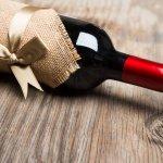 結婚祝いや記念日、誕生日など、お祝いの席にふさわしいワインはプレゼントにも人気があります。渡す際にはラッピングなどに凝る方も多いですが、より喜んでもらえるように名入れをして贈ってみませんか? 今回は、プレゼントに人気の名入れワインを12種ご紹介します。誕生日など特別なプレゼントには、豪華な飾り罫が入れられるものや、スワロフスキーを付けられるものなどがおすすめです。ぜひ参考にしてください。