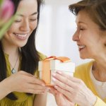 Top 10 món quà tặng ra mắt bố mẹ chồng ý nghĩa và thiết thực (năm 2020)