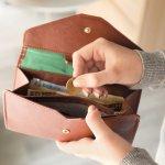 チェック柄で有名なバーバリーのレディース財布の人気が急上昇しています!バーバリーの財布は、魅力的なデザインや便利な機能を備えているなど、バリエーションの豊富さが魅力です。今回はその中から、特に人気のシリーズをランキングにしてご紹介します。選ぶときのポイントもチェックして、自分の使い方に合う財布を探しましょう。