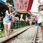 Setiap negara tentu saja memiliki keunikan masing-masing dan bisa menjadi kekhasan negara tersebut. Jangan bingung ketika memilih liburan atau traveling ke Taiwan. Kamu bisa memilih makanan atau souvenir-souvenir unik yang mudah kamu bawa pulang dan tidak memberatkan koper kamu. Taiwan punya beragam oleh-oleh sehingga kamu memiliki banyak pilihan.