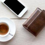 この記事では、おしゃれで使いやすいメンズ三つ折り財布が見つかるブランドをご紹介しています。数あるなかから実際のデータをもとに厳選されたブランドは、小物選びにこだわりのある男性にも支持されているものばかりです。人気度がわかりやすいランキング形式で解説しているので、すみずみまでチェックして、毎日持ち歩きたくなる素敵な財布を手に入れてください!