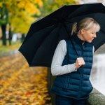 憂鬱な雨の日でも気分を上げてくれる高級ブランド傘は、女性に贈るプレゼントの中でも季節を問わず人気が高いアイテムです。今回は、宮内庁御用達を含む高級ブランド傘を、2020年最新ランキングにしてお伝えします。スタイリッシュなコーチや高貴なバーバリーなど、大人気の12ブランドから、ハイセンスなプレゼントを選んでください。