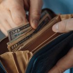チャックでしっかりと出し入れ口を閉めることができるラウンドファスナー財布は、安心して持ち歩ける財布を探している男性にぴったりです。今回は、メンズラウンドファスナー財布を扱うおすすめのブランドを厳選しました。ランキング形式でご紹介しているので、人気のあるブランドがひと目でわかります。ぜひ最後まで読んで、お気に入りの財布を探すときの参考にしてください。