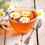 Teh berbahan bunga memang menjadi salah satu varian teh yang nikmat untuk dikonsumsi. Aroma tehnya wangi dan pastinya bikin lebih nikmat untuk diminum kapan saja. Kamu yang ingin tahu apa saja teh chamomile yang bisa kamu minum, cek segera rekomendasi kami ya!
