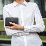 クロエのレディース財布は、フェミニンで上品なアイテムが豊富です。今回の記事では、クロエのレディース財布のなかでも、とくに多くの女性の注目を集めるアイテムについて解説します。クロエの人気シリーズがわかるランキングや選び方のポイントといった、財布選びに役立つ情報も必見です。お気に入りの財布を見つけたい方は、ぜひ参考にしてください。