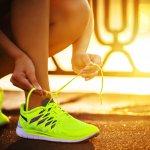 Tiba-tiba ingin berolahraga lari demi mendapatkan tubuh yang fit? Tentunya ini adalah awal yang baik untuk memulai gaya hidup baru yang sehat. Agar semangat berolahraga lari, salah satu yang perlu kamu persiapkan adalah sepatu lari. Mau tau rekomendasinya? Yuk simak!