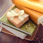 男友達への誕生日プレゼント選びは、何を贈ったら喜んでもらえるのか分からずに悩んでしまいますよね。ここでは、大学生活やプライベートにも役に立つアイテムや、いくつあっても嬉しい日用品など、ハズさないプレゼントのアイデアをご紹介します。男友達の好みに合った、喜ばれるプレゼント選びの参考にしてみてくださいね。