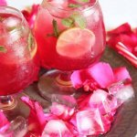 गुलाब शर्बत बाजार में आसानी से उपलब्ध है,लेकिन उच्च गुणवत्ता और ताज़गी के लिए इसे घर पर भी तैयार किया जा सकता है : यहां गुलाब शर्बत के साथ 10 मॉकटेल रेसीपियों का वर्णन किया गया है।(2121)