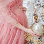 最近では、マタニティ用のおしゃれな洋服を取り扱うブランドも増えています。そこで、妊婦の方へのプレゼントに最適なマタニティフォーマルワンピ・授乳服ブランドを【2021年最新版】ランキング形式でまとめました。妊娠中の女性はホルモンバランスが大きく変化している影響で、肌や体調が敏感になる傾向にあります。肌荒れや体調を悪くする恐れもあるため、肌触りの良い生地が使用されているものや、体を締めつけない着心地の良いフォーマルワンピを選ぶ必要があります。ぜひ参考にしてください。