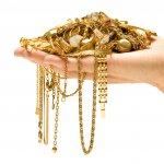 Perhiasan Emas itu timeless. Sejak berabad abad yang lalu perhiasan logam mulia ini sudah dipakai oleh para bangsawan sebagai aksesori untuk menunjukkan kedudukannya. Sampai sekarang, perhiasan emas juga banyak dicari selain model-model yang kekinian, juga nilai emas akan mengikuti perkembangan zaman. Nah, perhiasan emas apa saja yang drekomendasikan buat kamu? BP-Guide akan menjabarkan mengenai rekomendasi perhiasan emas beserta tips cara merawatnya.