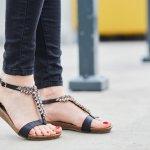 Sandal tali memang banyak diminati oleh wanita. Selain terlihat simpel, namun seorang wanita dapat memamerkan keindahan kakinya dengan elegan. Tak salah jika banyak sekali ragam model sandal kaki yang trendi. Anda salah satu penggemar sandal tali? Berikut pilihan sandal kaki yang kece dan trendi dari BP-Guide