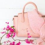 バッグは荷物を入れるためだけなく、おしゃれを楽しむためのファッションアイテムでもあります。その日のファッションやシーンに合わせて使い分けたいバッグは、母の日のプレゼントにも人気のアイテムです。今回は、お母さんへのプレゼントにおすすめのバッグ25選をご紹介します。定番のバッグから最新トレンドまで幅広く紹介しますので、ぜひプレゼントを選ぶ参考にしてください。