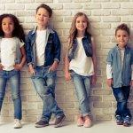 Ingin tampil keren dalam gaya kasual bareng si kecil? Anda bisa tampil kompak dengan memilih jeans dan atasan yang warnanya senada dengan si kecil. Untuk pilihan jeans anak 2020 yang keren, Anda bisa intip koleksi pilihan dari BP-Guide berikut ini!