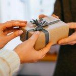 内定祝いのプレゼントは、祝福の気持ちを伝える大切な機会です。今回は、男友達の内定祝いに人気のプレゼント【2021年最新版】をランキング形式でご紹介します。社会人になってから使用できるネクタイや名刺入れなど、実用性のある商品が多くランクインしています。