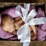 相手の好みで選んでもらえるカタログギフトは出産祝いの定番になってきています。そんな出産祝いにプレゼントする人気のカタログギフトを【2019年度版】ランキング形式で紹介します。出産祝いは赤ちゃんが産まれて初めて受け取るプレゼントであり、出産という大仕事を終えたママへの「お疲れさま」という気持ちがこもった贈り物だということを考慮して選びましょう。