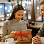 Memberi hadiah untuk pacar tersayang bisa jadi salah satu hal yang membuat hubunganmu dengannya makin romantis. Bukan karena nilainya, perhatian yang kamu tunjukkan lewat hadiah tentu akan membuatnya senang. Kalau butuh rekomendasi, kamu bisa simak ulasannya berikut ini!