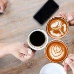 Sebagai penggemar kopi, ada baiknya kamu mengetahui asal-usul kopi. Cita rasa dan aroma yang keluar dari kopi pun sebenarnya berasal dari perbedaan daerah tanamnya. Yuk, kita lihat jenis-jenis kopi yang berbeda dari berbagai macam daerah di Indonesia!