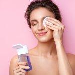 Supaya makin cantik dan tampilan lebih sempurna, area mata harus dirias dengan baik. Riasan apa pun yang kamu gunakan, baik tipis atau tegas sekalipun, Namun, jangan lupa membersihkan area mata yang dirias, ya. Ini supaya area mata kamu tidak kusam, cepat keriput, dan iritasi. Nah, BP-Guide memiliki deretan produk eye makeup remover yang bisa jadi rekomendasi kamu untuk bantu membersihkan area mata dari makeup!